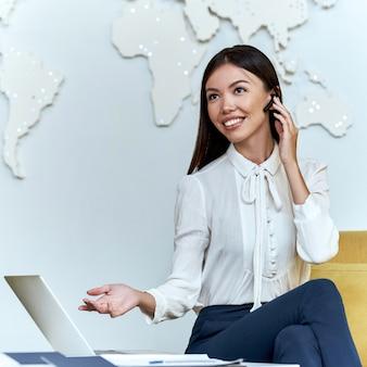 Jonge reisagent geeft telefonisch een presentatie aan een klant