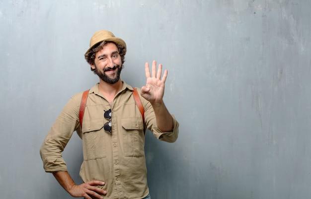 Jonge reiziger man of toerist glimlachen, tellen nummer vier met vingers.