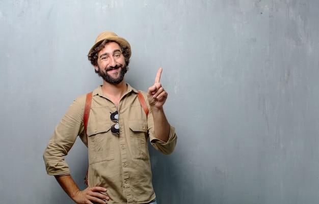 Jonge reiziger man of toerist glimlachend en op zoek tevreden en gelukkig, nummer één