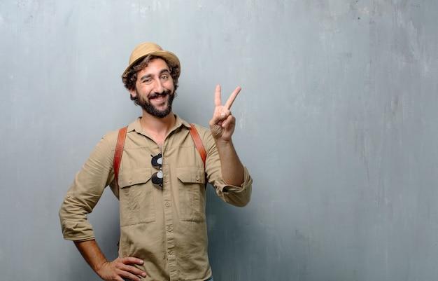 Jonge reiziger man of toerist glimlachend en op zoek tevreden en happy.number twee