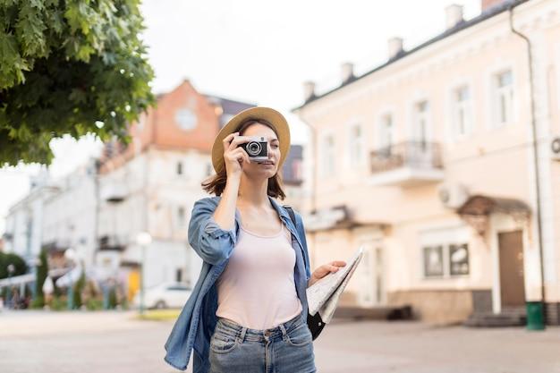 Jonge reiziger met hoed fotograferen