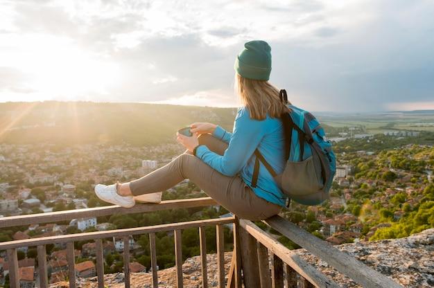 Jonge reiziger met muts genieten van uitzicht
