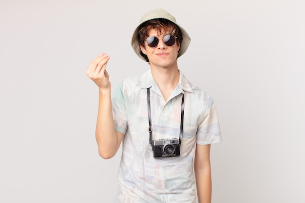 Jonge reiziger of toerist die een capice of geldgebaar maakt en zegt dat je moet betalen