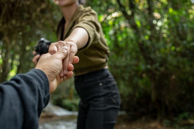Jonge reizigers houden elkaars hand vast