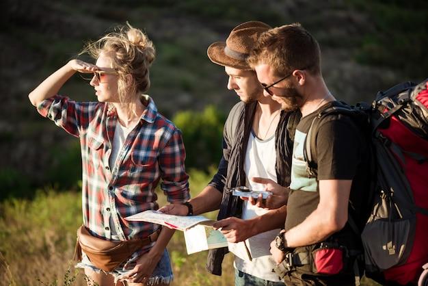 Jonge reizigers op zoek naar route op kaart, wandelen in de canyon
