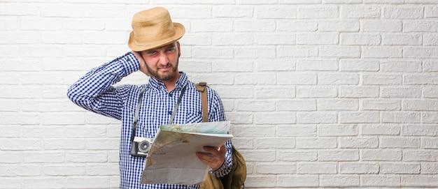 Jonge reizigersmens die rugzak en een uitstekende camera draagt die oren behandelt met handen