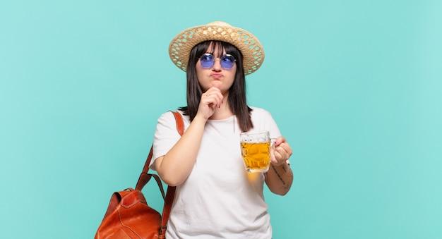 Jonge reizigersvrouw denkt, voelt zich twijfelachtig en verward, met verschillende opties, zich afvragend welke beslissing ze moet nemen