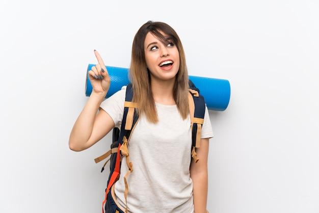 Jonge reizigersvrouw die de oplossing wil realiseren terwijl een vinger opheft