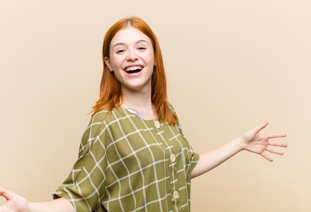 Jonge rode hoofd mooie vrouw die gelukkig, arrogant, trots en zelf tevreden kijkt, voelt als een nummer één
