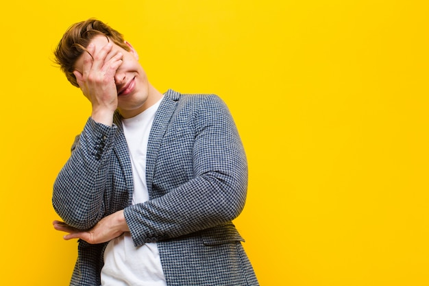 Jonge rode hoofdmens die gestresst, beschaamd of overstuur kijkt