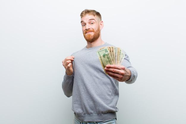 Jonge rode hoofdmens met dollars