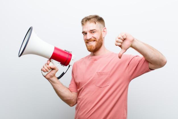 Jonge rode hoofdmens met een megafoon tegen witte achtergrond