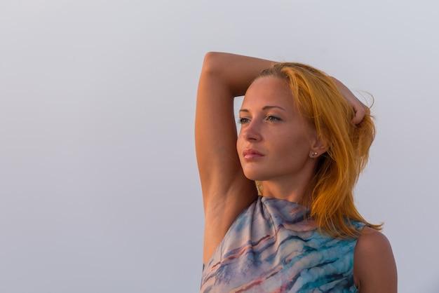 Jonge rode vrouw op een strand
