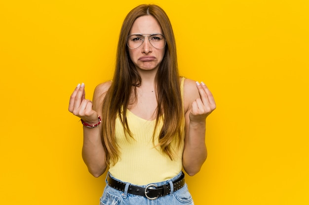 Jonge roodharige gembervrouw met sproeten waaruit blijkt dat ze geen geld heeft.