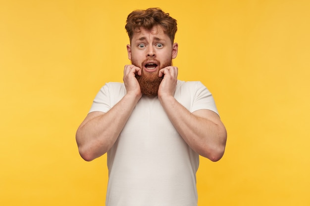 Jonge roodharige man met grote baard en een bange gezichtsuitdrukking