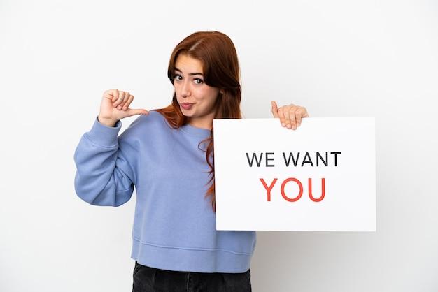 Jonge roodharige vrouw geïsoleerd op een witte achtergrond houden we want you board met trots gebaar