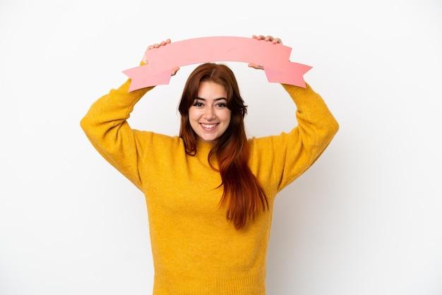 Jonge roodharige vrouw geïsoleerd op een witte achtergrond met een leeg bordje