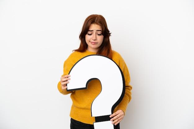 Jonge roodharige vrouw geïsoleerd op een witte achtergrond met een vraagteken icon