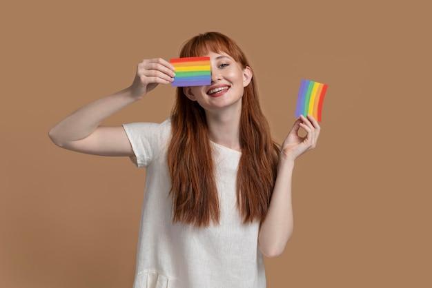 Jonge roodharige vrouw met regenboogsymbool
