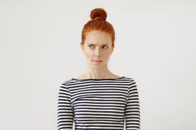 Jonge roodharige vrouw poseren