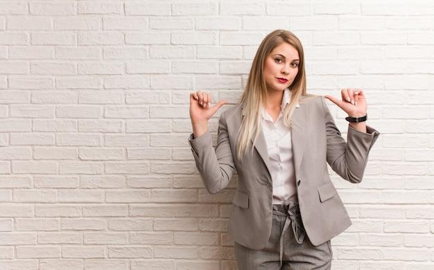 Jonge russische bedrijfsvrouw die een omhelzing geeft