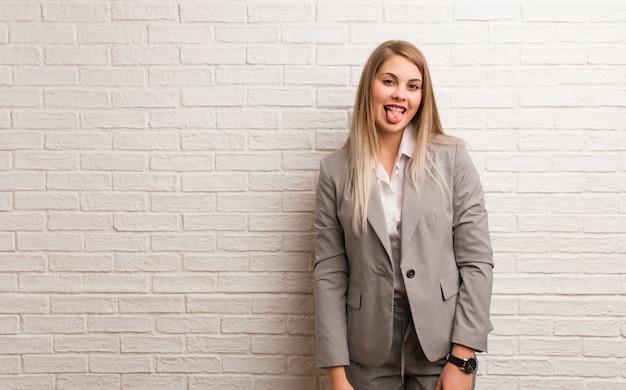 Jonge russische bedrijfsvrouw die en schouders twijfelen ophalen