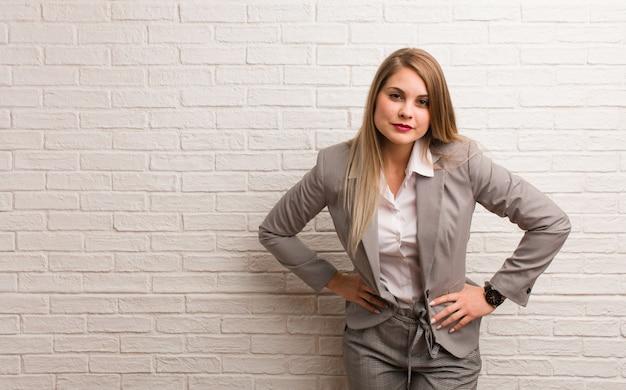 Jonge russische bedrijfsvrouw die iemand zeer boos berispt