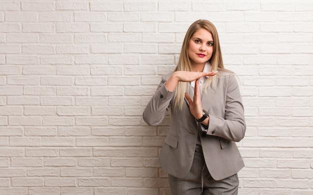 Jonge russische bedrijfsvrouw die zeer gelukkig en zeker bidt