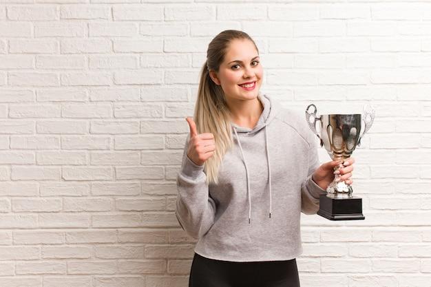 Jonge russische fitness vrouw met een trofee