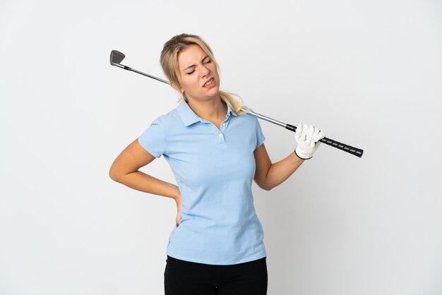 Jonge russische golfer vrouw geïsoleerd op een witte achtergrond die lijdt aan rugpijn omdat ze zich heeft ingespannen