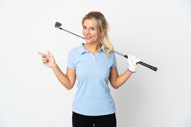 Jonge russische golfer vrouw geïsoleerd op een witte achtergrond wijzende vinger naar de zijkant