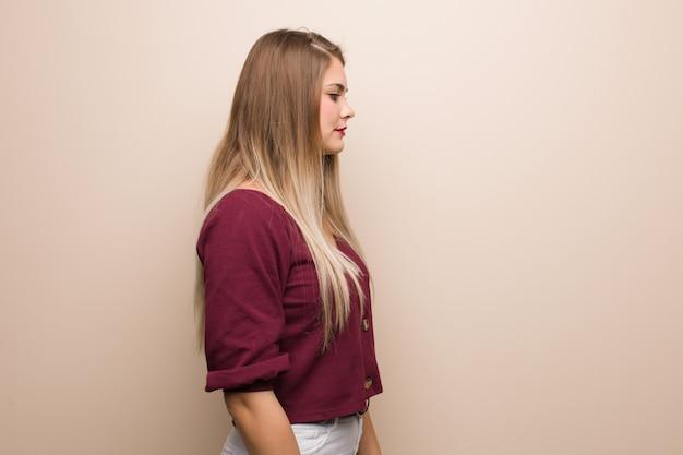 Jonge russische vrouw aan de kant die aan voorzijde kijkt