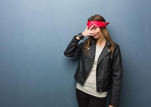 Jonge russische vrouw beschaamd en tegelijkertijd lachen