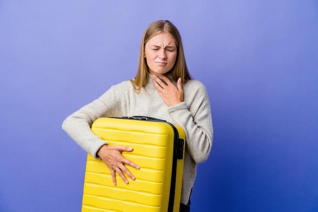 Jonge russische vrouw die een koffer vasthoudt om te reizen, heeft pijn in de keel als gevolg van een virus of infectie.