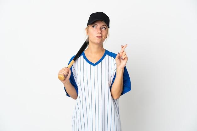 Jonge russische vrouw die honkbal speelt geïsoleerd op een witte achtergrond met vingers die elkaar kruisen en het beste wensen