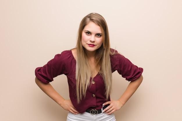 Jonge russische vrouw die iemand zeer boos berispt