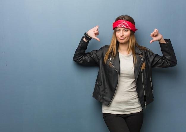 Jonge russische vrouw die vingers, te volgen voorbeeld richt