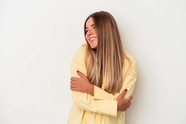 Jonge russische vrouw geïsoleerd op een witte achtergrond glimlachend zelfverzekerd met gekruiste armen.