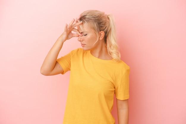 Jonge russische vrouw geïsoleerd op roze achtergrond met hoofdpijn, aanraken van de voorkant van het gezicht.