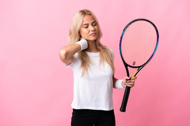 Jonge russische vrouw tennissen geïsoleerd op paars met nekpijn