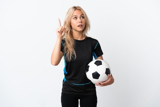 Jonge russische vrouw voetballen geïsoleerd op wit van plan om de oplossing te realiseren terwijl het opheffen van een vinger