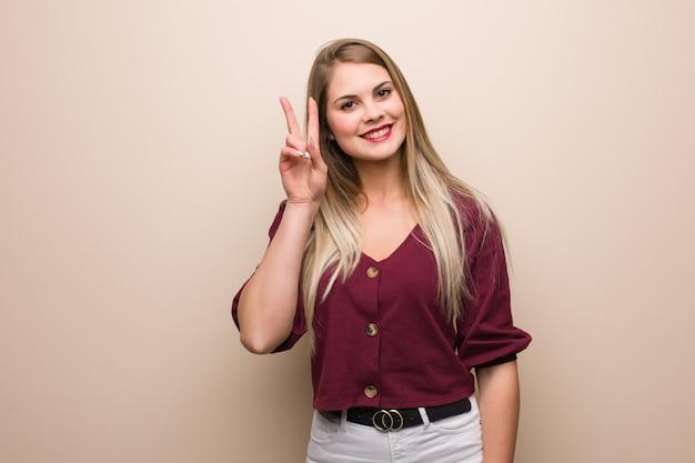 Jonge russische vrouwenpret en gelukkig het doen van een gebaar van overwinning