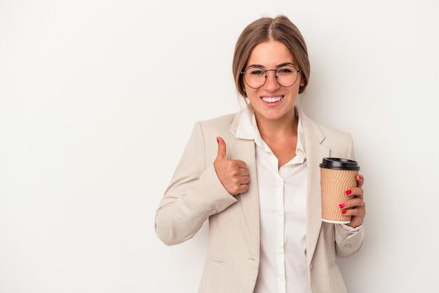 Jonge russische zakenvrouw met bankbiljetten geïsoleerd op een witte achtergrond glimlachend en duim omhoog