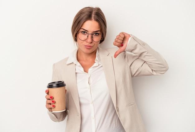 Jonge russische zakenvrouw met bankbiljetten geïsoleerd op een witte achtergrond met een afkeer gebaar, duim omlaag. onenigheid begrip.