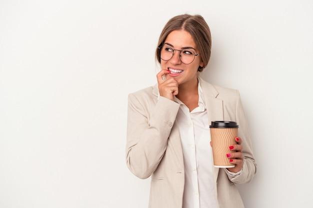 Jonge russische zakenvrouw met bankbiljetten geïsoleerd op een witte achtergrond ontspannen denken over iets kijken naar een kopie ruimte.