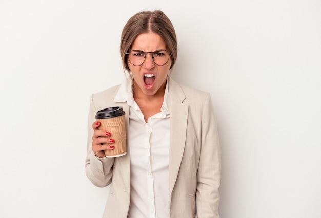 Jonge russische zakenvrouw met bankbiljetten geïsoleerd op een witte achtergrond schreeuwend erg boos en agressief.