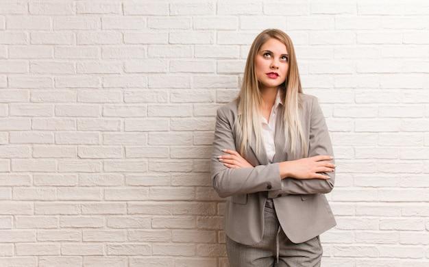 Jonge russische zakenvrouw moe en verveeld