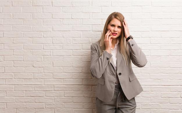Jonge russische zakenvrouw wanhopig en verdrietig