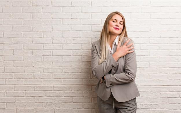 Jonge russische zakenvrouw zetten hand in de voorkant