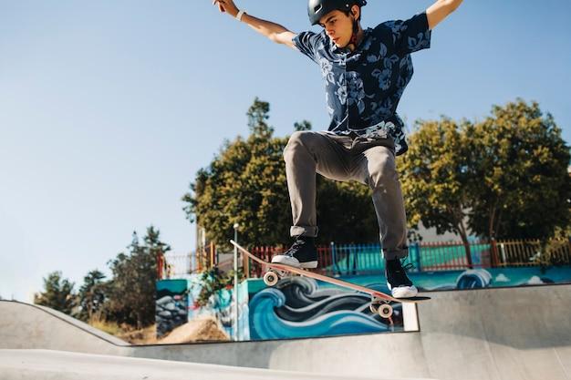 Jonge schaatser doet een truc